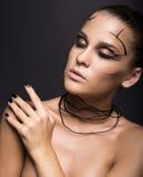 Schönes Cybermädchen mit linearem schwarzem Make-up Lizenzfreies Stockfoto
