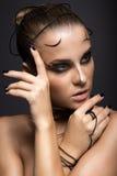 Schönes Cybermädchen mit linearem schwarzem Make-up Stockfotos