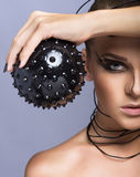 Schönes Cybermädchen mit schwarzem stacheligem Ball Stockfotos