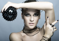 Schönes Cybermädchen mit schwarzem stacheligem Ball Lizenzfreies Stockbild