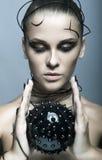 Schönes Cybermädchen mit schwarzem stacheligem Ball Stockbild