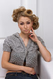 Schönes dünnes blondes Mädchen in einer grauen Jacke Stockbilder