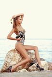 Schönes dünnes stilvolles Mädchen an der sexy Modefrau der Küste mit Sonnenbrille Stockbild