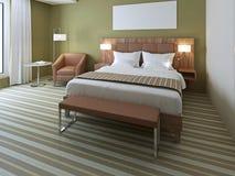 Schönes Doppelbett im olivgrünen Schlafzimmer Lizenzfreies Stockbild