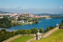 Schönes Dorf, Valença tun Mino, Portugal Das Fort, der Fluss und der schöne Himmel lizenzfreie stockbilder