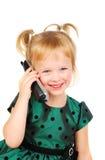 Schönes dreijähriges Mädchen, das am Telefon spricht. Stockfotos