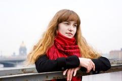 Schönes durchdachtes Mädchen im roten Schal Lizenzfreies Stockfoto