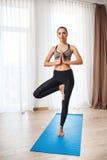 Schönes Eignungsmädchen, das Yogahaltung durchführt Stockbilder