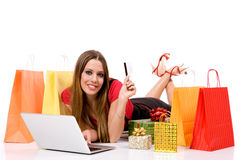 Schönes Einkaufen der jungen Frau über Internet Stockbild