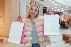 Schönes Einkaufen der jungen Frau am lokalen Mall stockfotografie