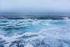 Schönes Eis mit Sprüngen auf dem Baikalsee stockfoto