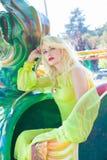 Schönes elegantes blondes Modefrauenporträt im Vergnügungsparksommer stockfotos