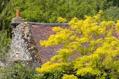 Schönes englisches Häuschen mit Herbst-Farben Lizenzfreie Stockfotos