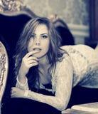 Schönes Entspannungsschwarzweiss-lügen der jungen Frau auf Sofa oder Couch, Nahaufnahmeporträt Stockbild