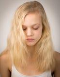 Schönes ernstes blondes Mädchen mit geschlossenen Augen Stockfotos