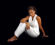 Schönes fälliges schwarze Frauen-Sitzen (3) Stockfotografie