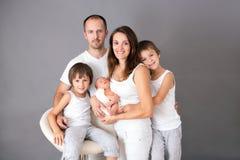 Schönes Familienporträt, Vater, Mutter und drei Jungen, lookin lizenzfreie stockfotos