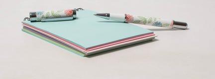 Schönes farbiges Notizbuch und Stift offen Stockbild