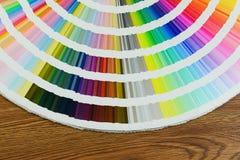 Schönes Farbmusterbuch auf Tabelle Lizenzfreie Stockfotos
