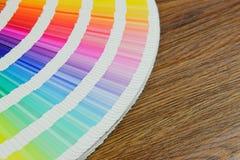 Schönes Farbmusterbuch auf Tabelle Stockfotografie