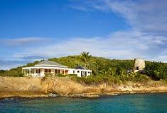 Schönes Feiertags-Landhaus und alte Windmühle in Antigua Stockfotos