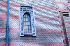 Schönes Fenster auf der Kirche lizenzfreie stockbilder