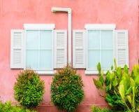 Schönes Fenster auf Farbwand Stockfoto