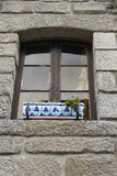 Schönes Fenster mit Blumenkasten lizenzfreie stockbilder