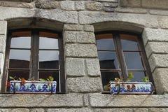 Schönes Fenster mit Blumenkasten lizenzfreie stockfotos