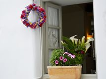 Schönes Fenster von Griechenland Dekorations-Tür und Fensterkranz stockfotografie