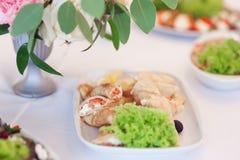 Schönes festliches Lebensmittel am Restaurant Pfannkuchen mit Kaviar lizenzfreie stockbilder
