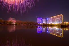 Schönes Feuerwerk zu Ehren des Moskaus Victory Day Parade Lizenzfreie Stockfotos