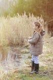Schönes Fischen des kleinen Mädchens mit dem Spinnen auf den Fluss Stockfotos
