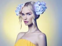 Schönes Frühling gir mit Blumen Stockfotografie