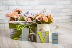 Schönes Frühlingsstillleben mit Blumen und hölzernen Liebesbriefen Lizenzfreie Stockfotografie