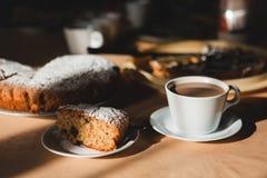 Schönes Frühstück mit Tee oder Kaffee und süßer Kuchen stockfoto
