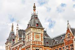 Schönes Fragment eines Gebäudes in Amsterdam-Hauptbahnhof Stockbilder