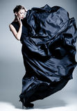 Schönes Frauenbaumuster kleidete in einem eleganten Kleid an Stockfotos