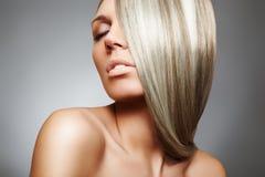 Schönes Frauenbaumuster mit dem langen blonden glatten Haar Stockbilder