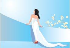 Schönes Frauenbehandlungsweißkleid auf Balkon Lizenzfreies Stockbild