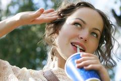 Schönes Frauengetränkwasser lizenzfreies stockbild