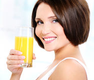 Schönes Frauenholdingglas Orangensaft Stockbilder