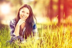 Schönes Frauenlächeln lizenzfreie stockbilder
