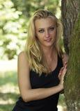 Schönes Frauenportrait in der Natur lizenzfreie stockfotografie