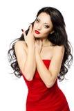 Schönes Frauenportrait mit den roten Lippen und Kleid Stockfoto