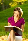 Schönes Frauenschreiben in ihrem Tagebuch Stockfotos