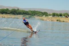 Schönes Frauenwasserskifahren Lizenzfreie Stockfotos