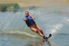 Schönes Frauenwasserskifahren Stockfotos