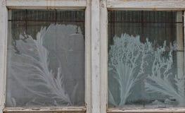 Schönes frostwork auf altem Fenster Lizenzfreie Stockfotografie