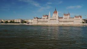 Schönes Gebäude des ungarischen Parlaments in Budapest, im Vordergrundfluß Donau stock video footage
